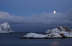 Moon Over Hamn