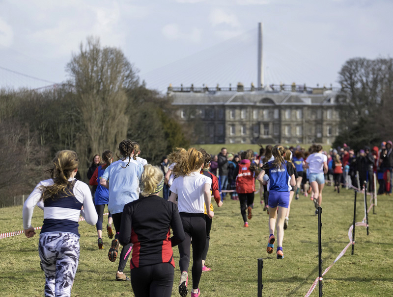 The final straight before the drop down to the finish line featuring Hopetoun House and the new road bridge across the Firth...