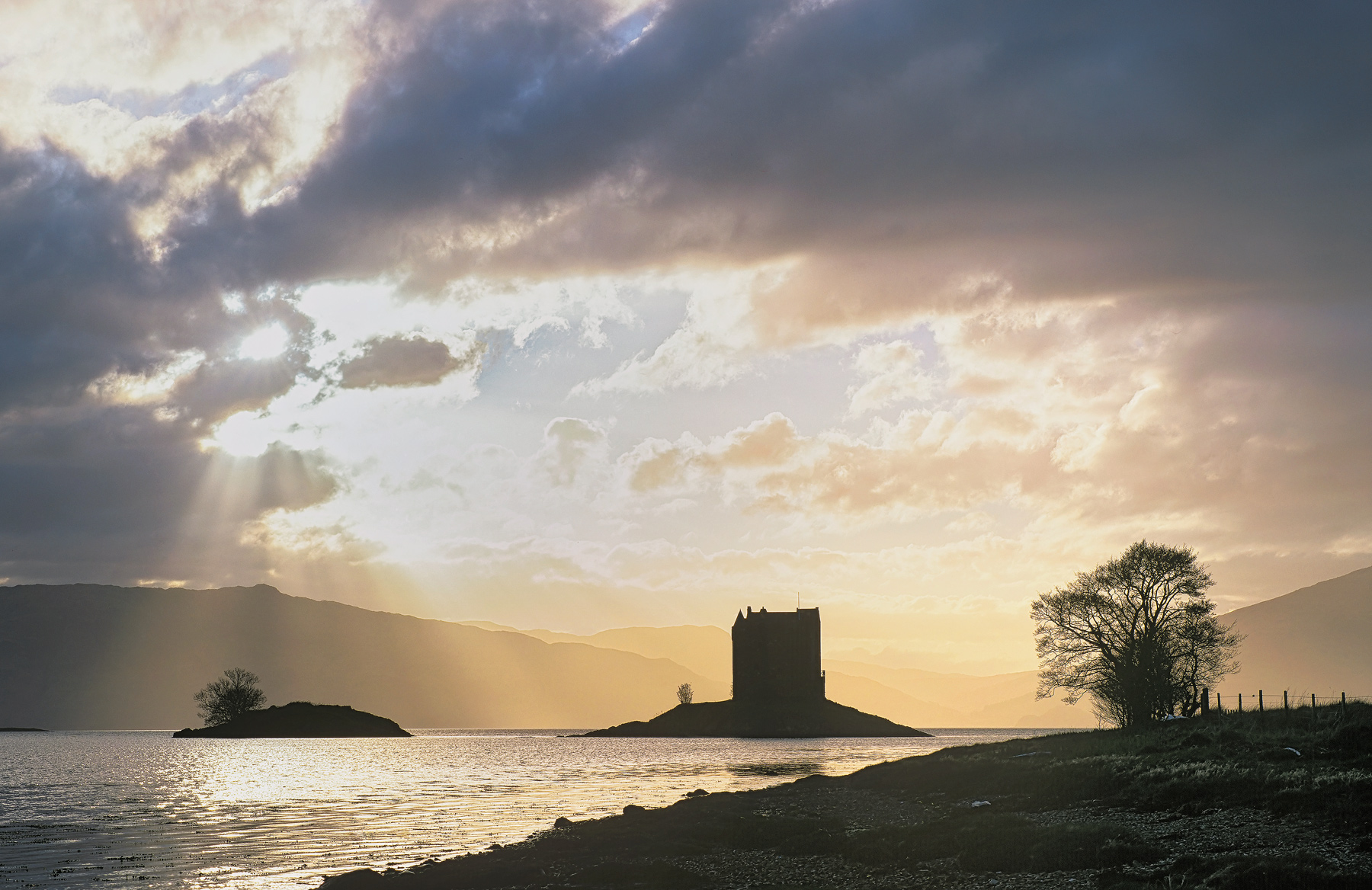 A really fine Spring evening saw me down at the beach at Castle Stalker at high tide. The sky had proven promising all...