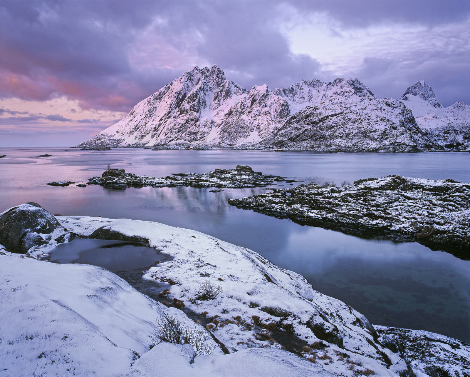The first morning on Lofoten and we opted for an easy start not too far away from Reine in the hope of catching a little of an...