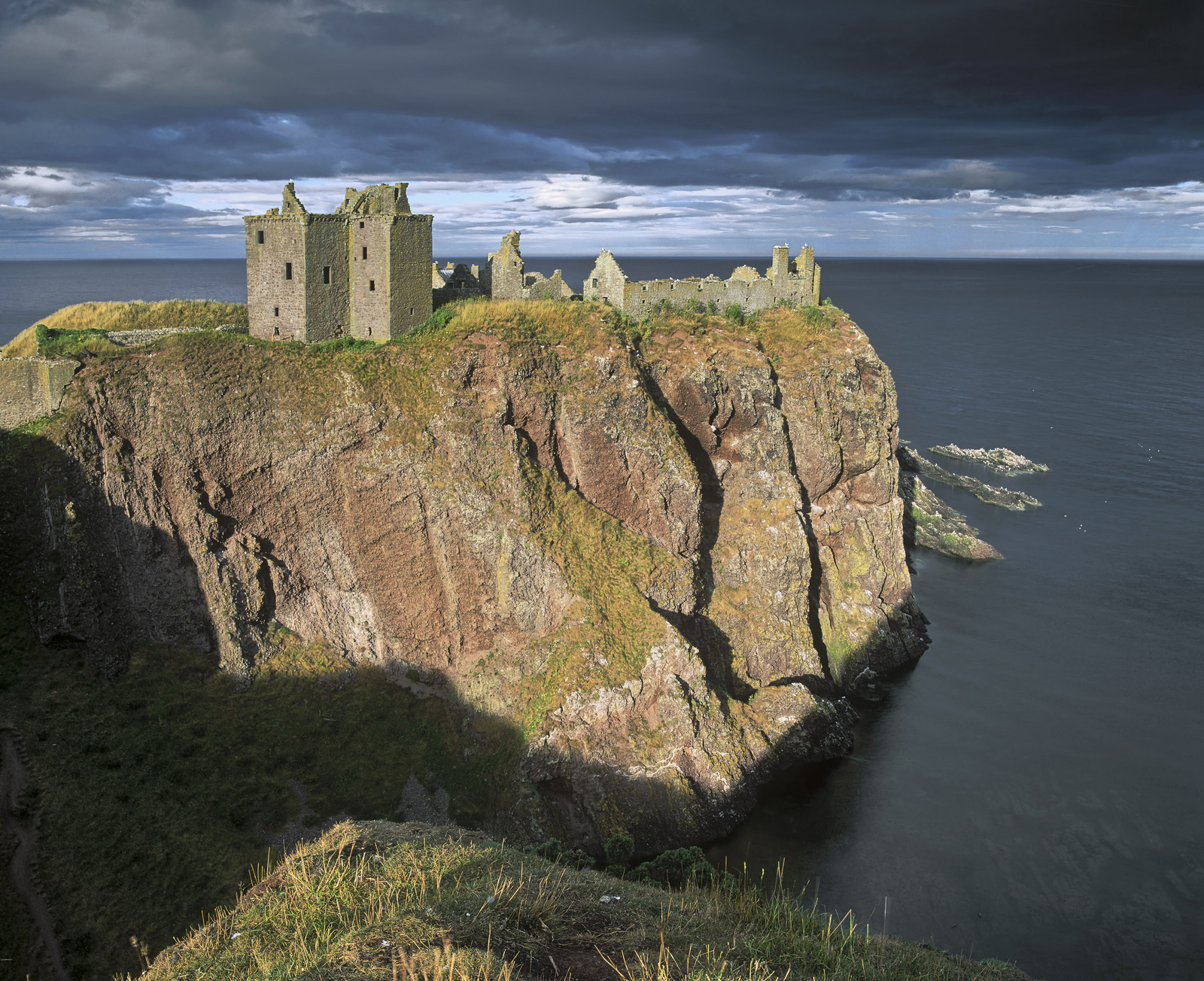 There can hardly be a more romantic looking and for that matter a more impreganble looking castle than the cliffside location...
